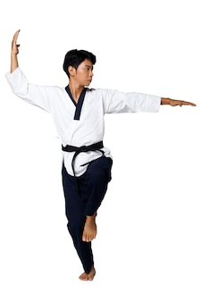 Sport master of taekwondo beoefent karate poses. instructeur draagt traditioneel uniform en toont poomsae punch act over witte achtergrond geïsoleerd volledige lengte