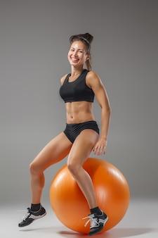 Sport meisje doet oefeningen op een fitball