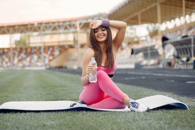 Sport meisje in een roze uniforme training in het stadion