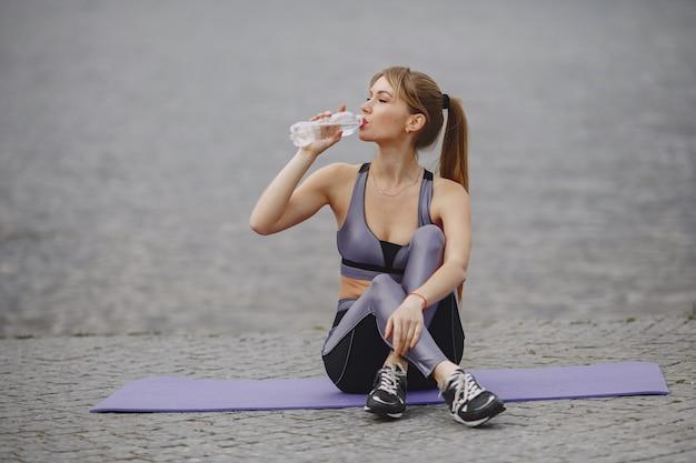 Sport meisje opleiding in een zomer park