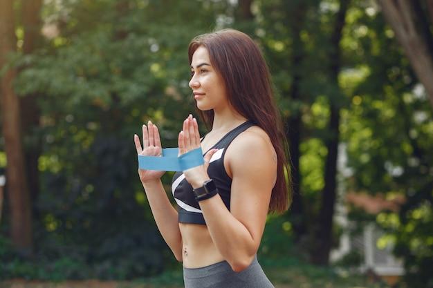 Sport meisje training met sport elastische banden