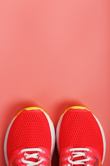 Sport roze sneakers op een roze achtergrond met vrije ruimte. bovenaanzicht, minimalistisch concept
