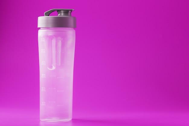 Sport smoothie fles op roze oppervlak