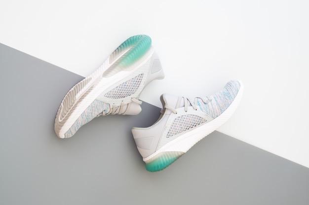 Sport sneakers op witte en grijze achtergrond.