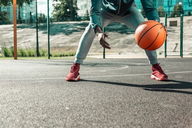 Sport spel. sluit omhoog van een oranje basketbalbal die voor basketbaltraining wordt gebruikt