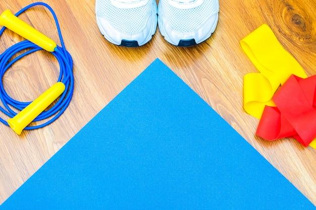 Sport thuis plannen. yogamat met elastische band flay lay