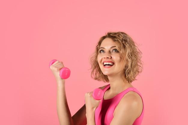 Sport thuis vrouw met halters sport in zelfisolatie cardio workout halters sportieve vrouw