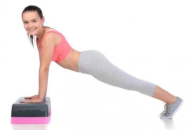 Sport tiener vrouw oefening met stap.