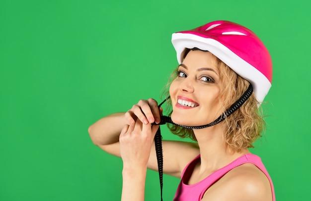 Sport vakantie gezonde levensstijl sport attributen sportvrouw in beschermende helm