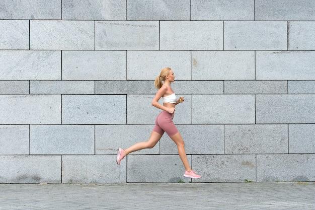 Sport vertelt om vooruit te blijven sexy sportvrouw rent naar buiten genieten van sportactiviteiten