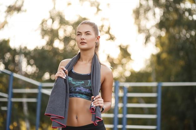 Sport vrouw gebruik handdoek