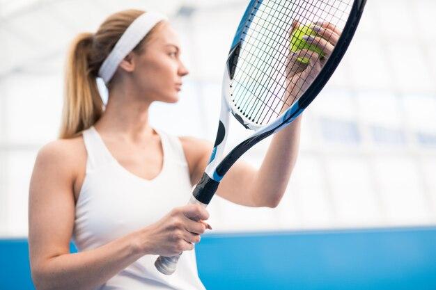 Sport vrouw serveert bal