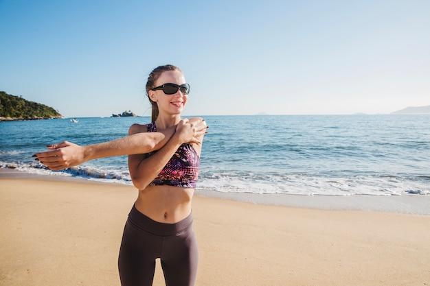 Sport vrouw uitrekken en poseren