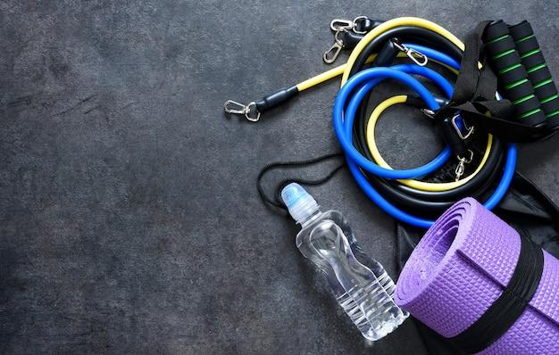 Sportaccessoires - een expander met een karabijn en water