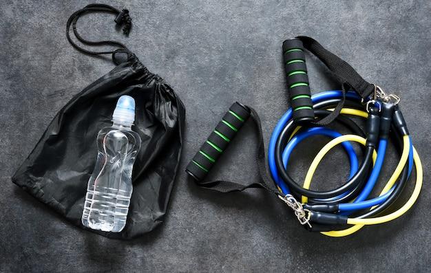 Sportaccessoires - een expander met een karabijn. fitness.