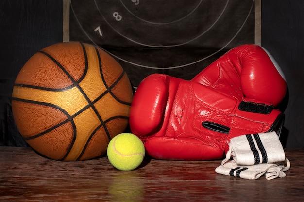 Sportartikelen ballen en bokshandschoenen sportweddenschappen