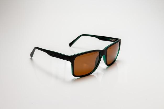 Sportbril op een witte achtergrond. zijaanzicht. ruimte voor tekst.