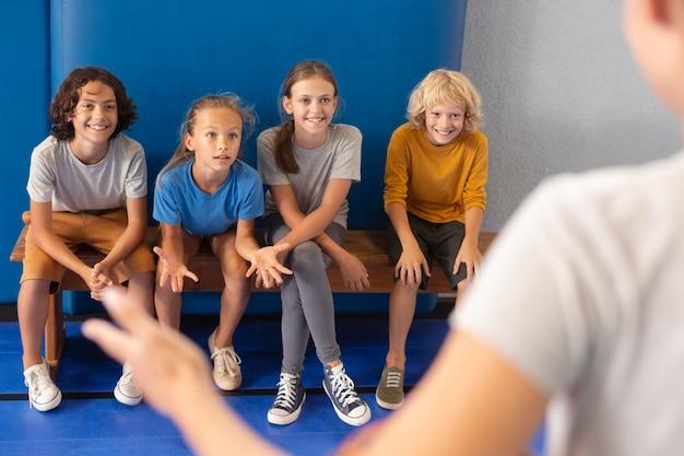 Sportdocent met haar leerlingen