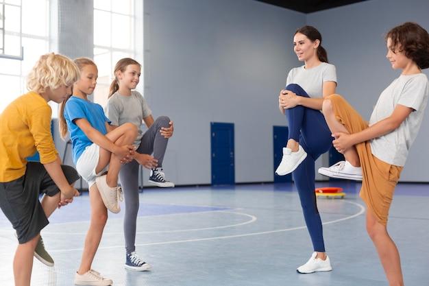 Sportdocent met haar leerlingen Premium Foto