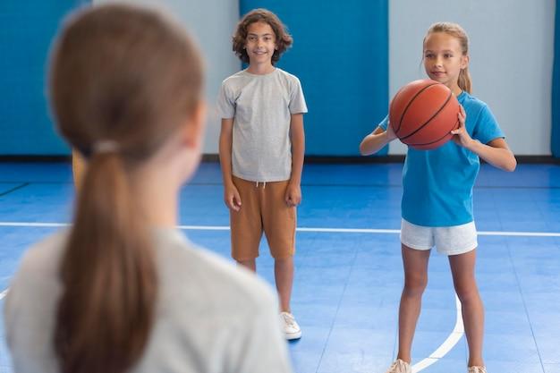 Sportdocent met haar leerlingen Gratis Foto