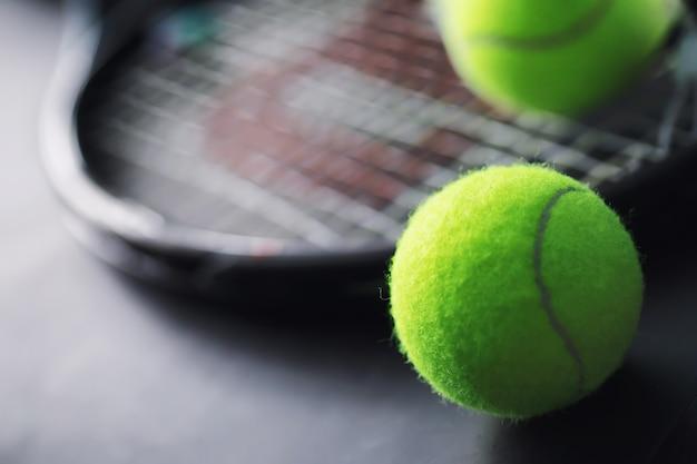Sporten en een gezonde levensstijl. tennis. gele bal voor tennis en een racket op tafel. sportachtergrond met tennisconcept.
