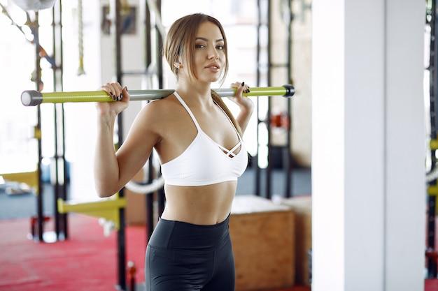 Sportenvrouw opleiding in een ochtendgymnastiek