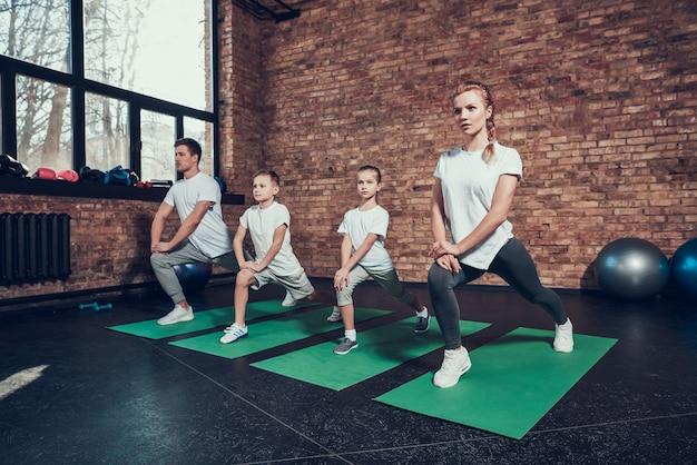 Sportfamilie betrokken bij sporten met kinderen