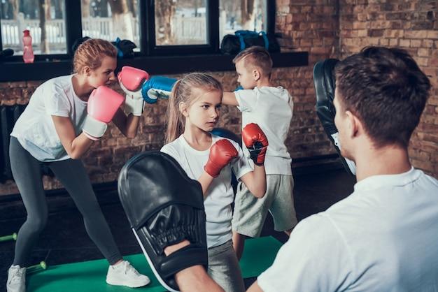 Sportfamilie heeft bokstraining in fitnessclub