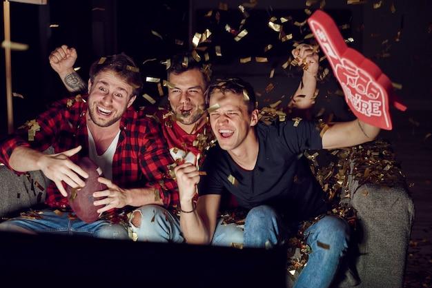 Sportfan juicht tussen vallende confetti confetti