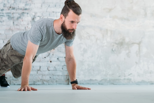 Sportfitness en training. man doet push ups. ontwikkeling van borstspieren en biceps.
