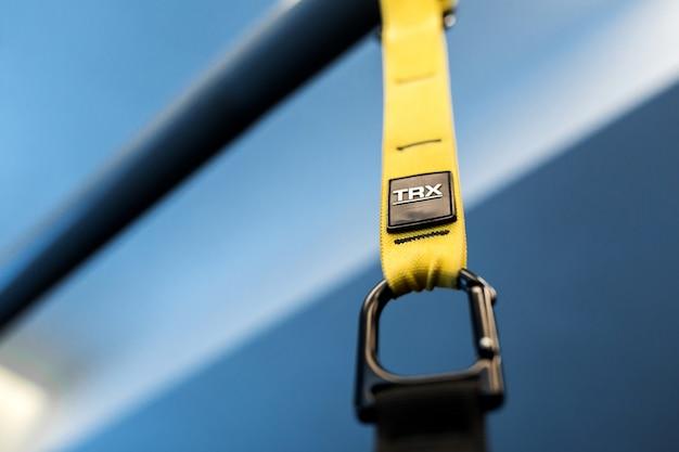 Sportgordels die helpen om het gewicht te verminderen. functionele trainingsapparatuur met zwarte en gele band. sport accessoires.