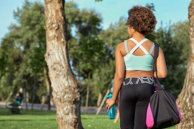 Sportief afro-amerikaans meisje dat op straat staat