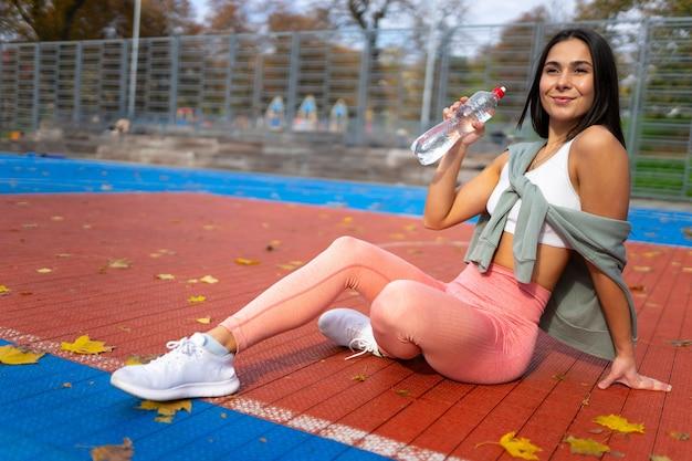 Sportief meisje met een fles water