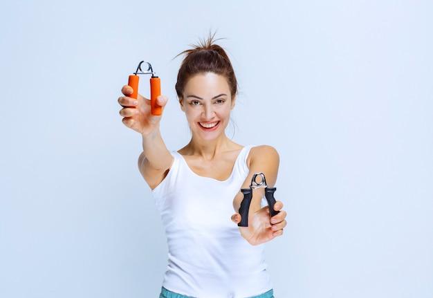 Sportief meisje met zwarte en oranje kleur handgrepen.
