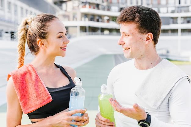 Sportief paar dat een pauze neemt