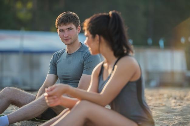 Sportief paar die na training rusten