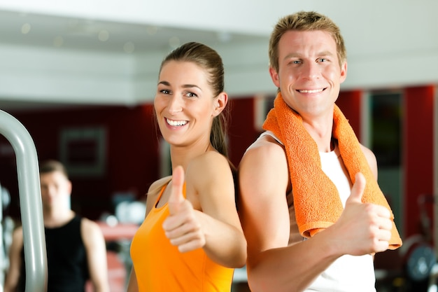 Sportief paar in de sportschool