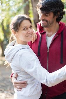 Sportief paar knuffelen voor aanvang running