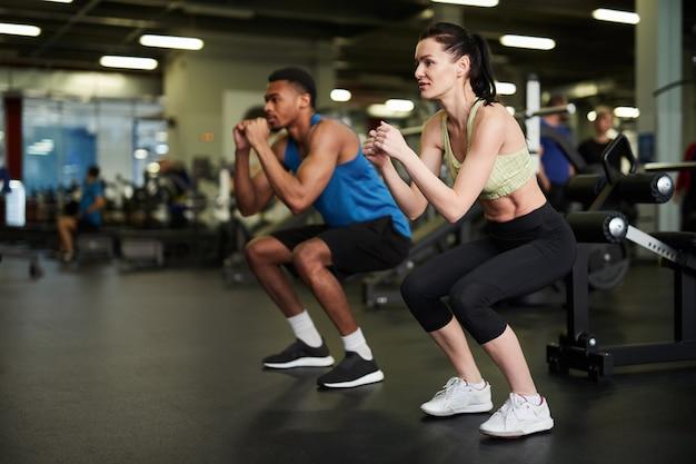 Sportief paar samen uit te werken