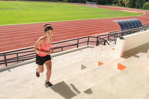 Sportieve aziatische vrouwenagent in modieuze sportkleding