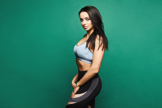 Sportieve brunette model poseren