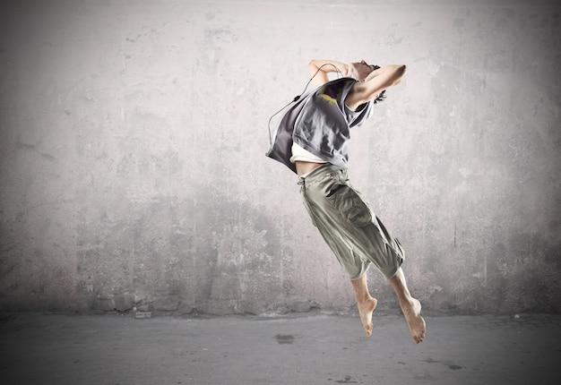Sportieve danser springen