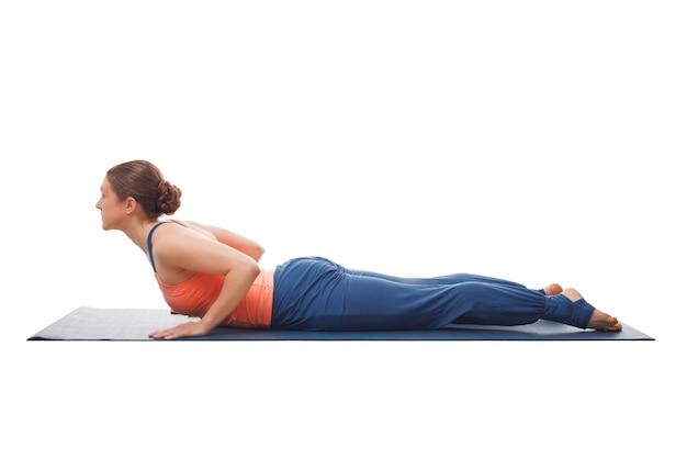 Sportieve fit yogini vrouw beoefent yoga asana bhujangasana