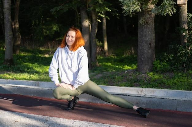 Sportieve gembervrouw in sportkleding die traint in parksporten en fitness lifestyle