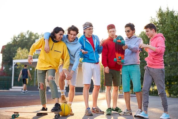 Sportieve jonge jongens gaan basketballen op straat