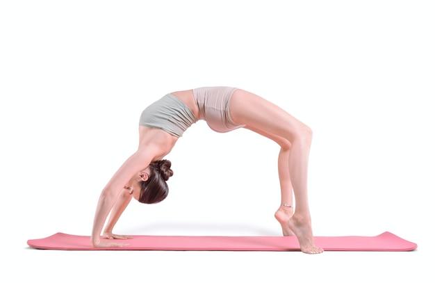 Sportieve jonge vrouw die yogapraktijken doet. terugbuiging. geïsoleerd op een witte achtergrond. gemengde media