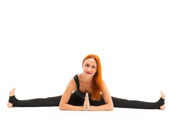 Sportieve jonge vrouw doet yoga asana