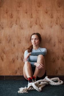 Sportieve jonge vrouw heeft fitnessdag in de sportschool in de ochtendtijd
