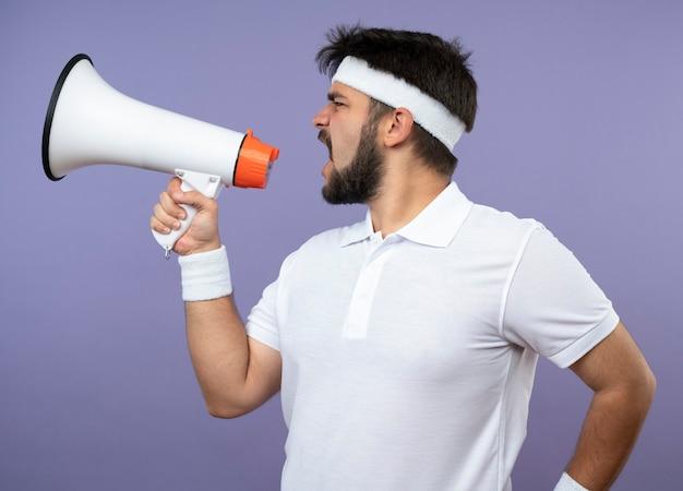 Sportieve jongeman met hoofdband en polsbandje -