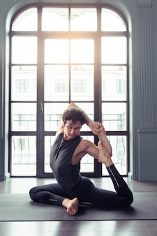 Sportieve jongeren bedoelen yoga, concept van gezond leven, volledige lengte